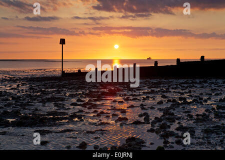 Swalecliffe, near Whitstable, Kent UK 15th May 2014: The sun rises over the Kent coast as high pressure dominates - Stock Photo