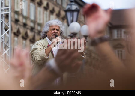 Turin, Italy. 17th May, 2014. Beppe Grillo speaks in Piazza Castello in Turin to support the Movimento 5 Stelle - Stock Photo
