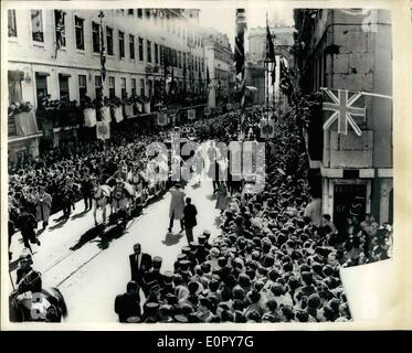 May 05, 1957 - The Queen's State Visit To Portugal Photo Shows The scene as the golden Crown coach, containing the - Stock Photo