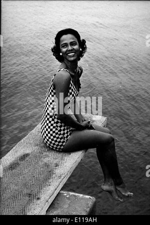 Actress Dorothy Dandridge poses on diving board - Stock Photo