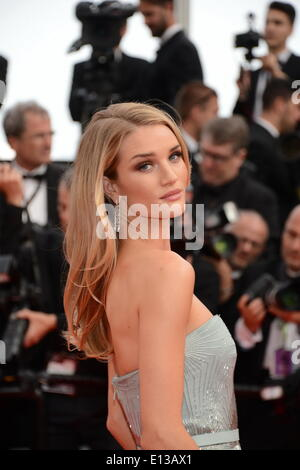 Cannes, France. 22nd May, 2014. ROSIE HUNTINGTON-WHITELEY arrives wearing a Gucci Première chiffon gown at the 67th - Stock Photo