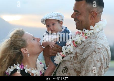 U.S. Marine Corps Master Gunnery Sgt. William Perez, Avionics Officer, Combat Logistics Battalion-3, greets his - Stock Photo