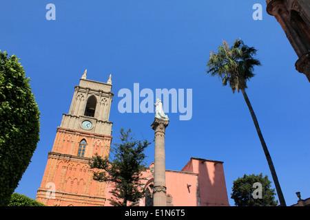 Iglesia San Rafael and statue in the main square of San Miguel de Allende, Guanajuato, Mexico - Stock Photo