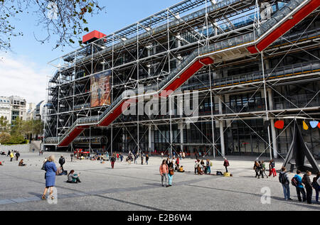 France, Paris, Centre Pompidou, by architects Renzo Piano, Richard Rogers and Gianfranco Franchini - Stock Photo