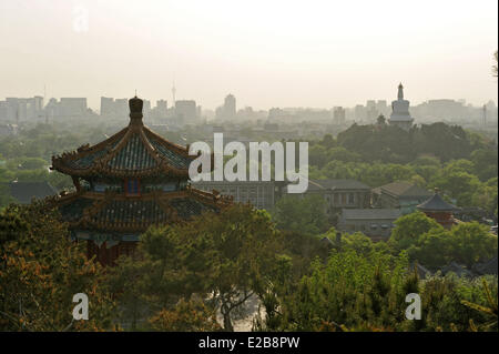 China, Beijing, temple in the Park of the Coal Hill and the white Dogoba in the Beihai park in the background - Stock Photo