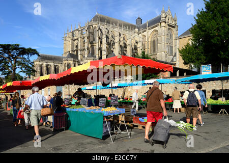 France, Sarthe, Le Mans,Cite Plantagenet (Old Town), market day in front of the Saint Julien cathedral - Stock Photo