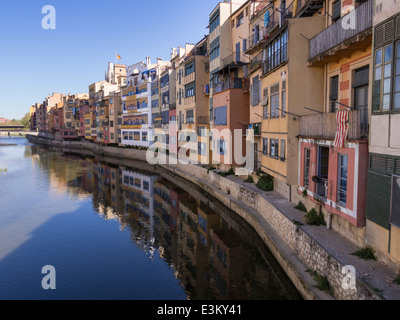 Houses along the Onyar River in Girona. Colourful houses line the canalized river in the centre of the City. - Stock Photo