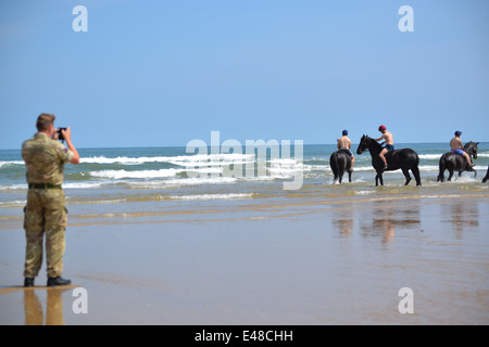 The Household Cavalry Mounted Regiment at Holkham beach on their first day there during summer camp in Norfolk. - Stock Photo
