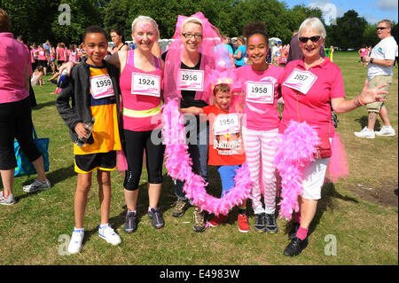 Liverpool, UK. Sunday 6th July 2014. Family prepare for race. Cancer Research UK's Race for Life is a series of - Stock Photo