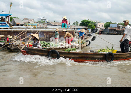 People selling fruit & vegetables, Can Rang floating market, Can Tho, Vietnam - Stock Photo