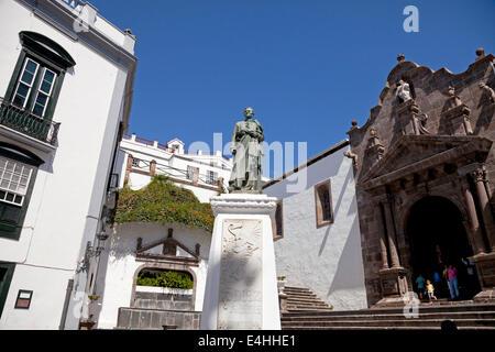 Plaza de Espana with church Iglesia Matriz de El Salvador and the monument of  Manuel Hernandez Diaz in Santa Cruz - Stock Photo