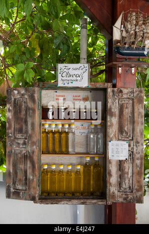Griechenland, Rhodos, Lachania, Taverne Platanos verkauft Olivenöl und Suma - Stock Photo