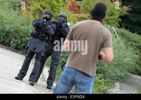 Gutendorf, Germany. 05th Aug, 2014. Members of the Special Operations Command (SEK) of the Thuringian State Criminal - Stock Photo