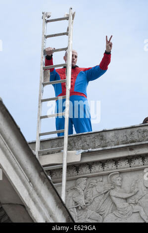 London, London, UK. 12th Aug, 2014. Protesters calling themselves New Fathers 4 Justice scale London's landmark - Stock Photo