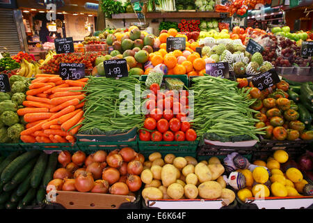 Market stall selling fruit and vegetables, old market halls, Mercat de La Boqueria, also Mercat de Sant Josep, La - Stock Photo
