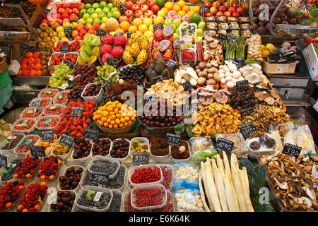 Market stall selling exotic fruits, fruit, mushrooms and vegetables, old market halls, Mercat de La Boqueria - Stock Photo