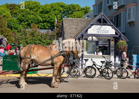 USA, Michigan, Mackinac Island. Horse carriage in downtown Mackinac on Main Street (aka Huron). - Stock Photo
