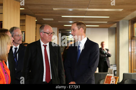 Oxford, UK. 8th Sep, 2014. Prince William (R), Duke of Cambridge, visits the library of the Dickson Poon University - Stock Photo