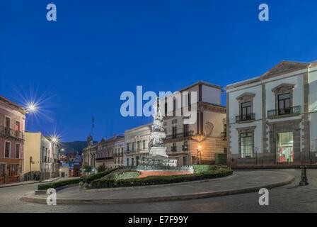 Monument in Plaza de la Paz lit up at night, Guanajuato, Guanajuato, Mexico - Stock Photo