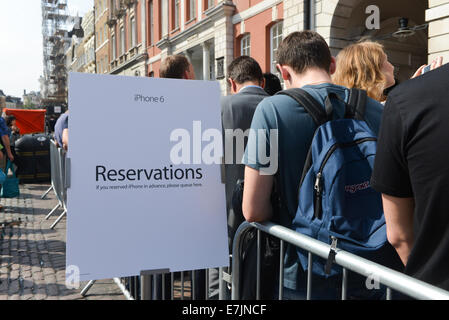 Covent Garden, London, UK. 19th September 2014. The reservations queue outside the Apple Store in Covent Garden - Stock Photo