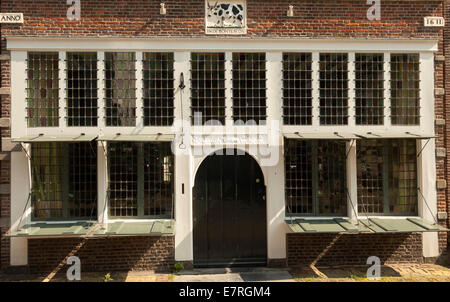 Historic house, called The Pied Ox or In De De Bonte Os with its storefront, Monnickendam, North Holland, The Netherlands. - Stock Photo