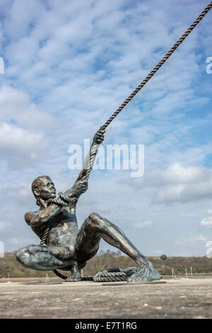 The Mariners sculpture of a sailor pulling the rope on the sails of a yacht, on the river Medway - Stock Photo