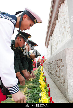 Beijing, China. 30th Sep, 2014. Soldiers present flowers to the deceased national heroes at the Monument to the - Stock Photo