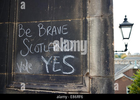 Scottish Referendum. Yes Campaign graffiti chalked on a wall in the Old Town, Edinburgh - Stock Photo