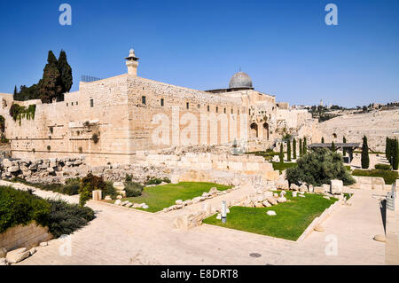 Israel, Jerusalem, Haram esh Sharif (Temple Mount) View of the southwestern corner. The archaeological park and - Stock Photo