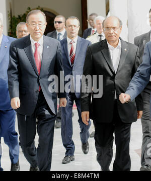 Tunis, Tunisia. 10th Oct, 2014. Tunisian President Moncef Marzouki (R, front) greets the Secretary General of the - Stock Photo