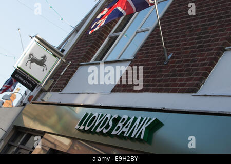 Newport Pagnell, Buckinghamshire, UK. 28th October, 2014. Lloyds Bank confirms 9,000 job losses and the closure - Stock Photo