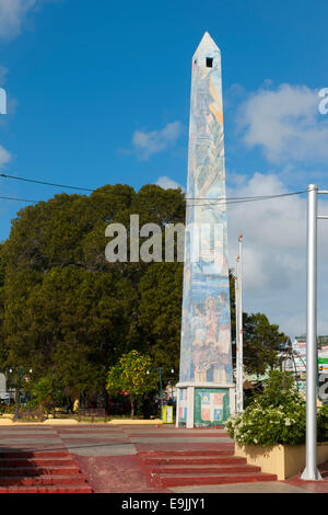 Dominikanische Republik, Osten, La Romana, Obelisk an der Avenida Libertad - Stock Photo