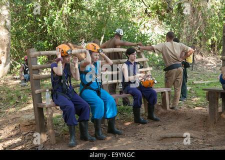 Dominikanische Republik, Osten, Besucher beim Eingang zur Cueva Funfun (Cueva Fun Fun) - Stock Photo