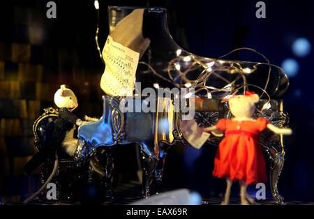 London, UK. 19th Nov, 2014. Photo taken on Nov. 19, 2014 shows a Christmas showcase at Harrods store in London, - Stock Photo