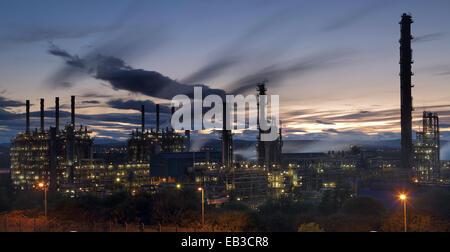 UK, Scotland, Illuminated natural gas processing plant at night - Stock Photo