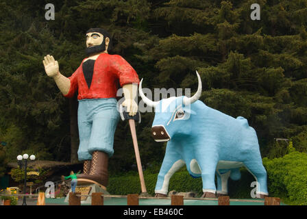 Paul Bunyan and Babe statues, Trees of Mystery, California - Stock Photo