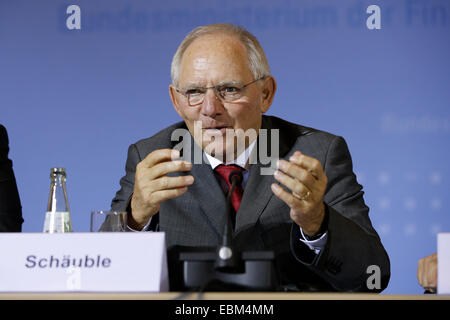 Berlin, Germany. 2nd December, 2014. Join press conference on the occasion of the 47th Franco-German Financial and - Stock Photo