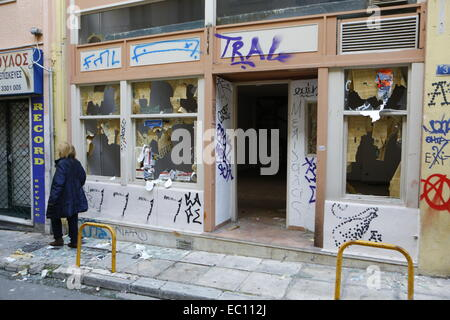 Exarchi, Greece. 7th Dec, 2014. A shop has been vandalised in Exarchia. The Clear-up is under way in Exarchia, after - Stock Photo