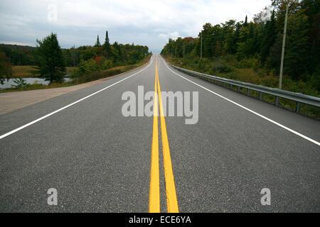 Highway Amerika Strasse einsam verlassen Urlaub Travel Wohnmobil caravan Auto leer duerre Wueste Steppe Savanne - Stock Photo