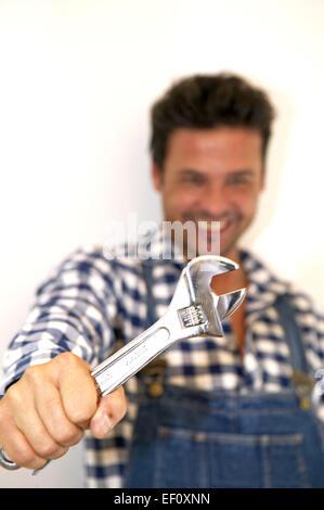 Personen Symbolfoto Mann Maenner Heimwerken Heimwerker Handwerker Handwerk Installateur Reparatur Schraubenschluessel - Stock Photo
