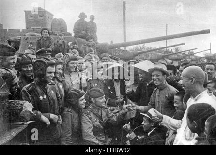 SOVIET TANK CREW with local people in Taonan. Manchuria, in 1945, during the 39th Army's operations - Stock Photo