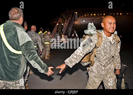 Soldiers of the 2-19th Agribusiness Development Team disembark their aircraft to welcome home handshakes on the - Stock Photo