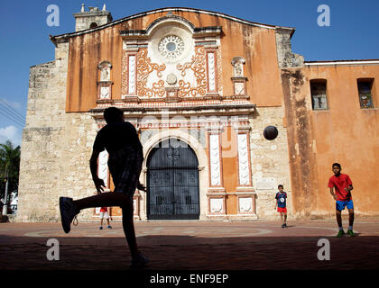 Santa Domingo, Dominican Republic. 4th May, 2015. 5/4/2015. A group of boys play soccer in the courtyard of the - Stock Photo