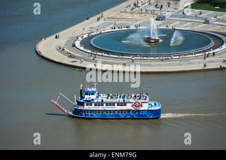 The Duchess, a boat in the Gateway Clipper fleet, passes by the fountain at Point State Park, Pittsburgh, Pennsylvania. - Stock Photo