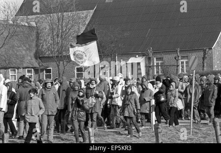 Demonstranten beim Protest gegen den Bau des Kernkraftwerks in Brokdorf, Deutschland 1980er Jahre. Protesters at - Stock Photo