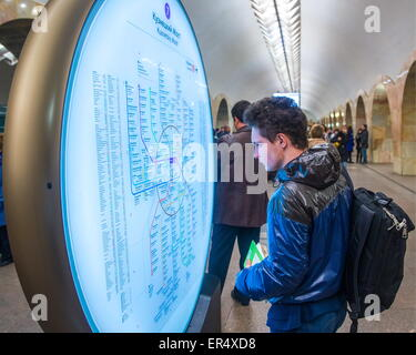 Moscow, Russia. 19th May, 2015. A passenger looking at a Moscow Metro map at Kuznetsky Most metro station of the - Stock Photo