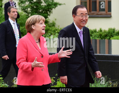 Elmau Castle, Germany. 8th June, 2015. Germany's Chancellor Angela Merkel talks with United Nations Secretary-General - Stock Photo