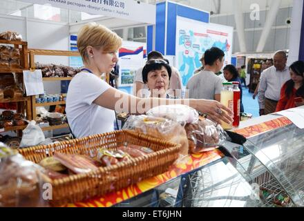 Harbin, China's Heilongjiang Province. 11th June, 2015. Russians select food during the 2015 China-Russia Cultural - Stock Photo