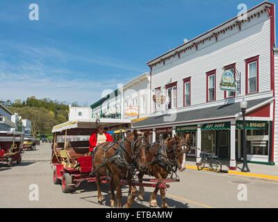 Michigan, Mackinac Island, Main Street, restaurants & shops, horse-drawn carriages, bicycles - Stock Photo