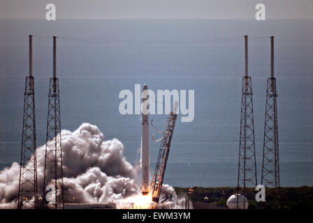 Cape Canaveral, Florida, USA. 28th June, 2015. The SpaceX Falcon 9 commercial rocket blasts off carrying the Dragon - Stock Photo